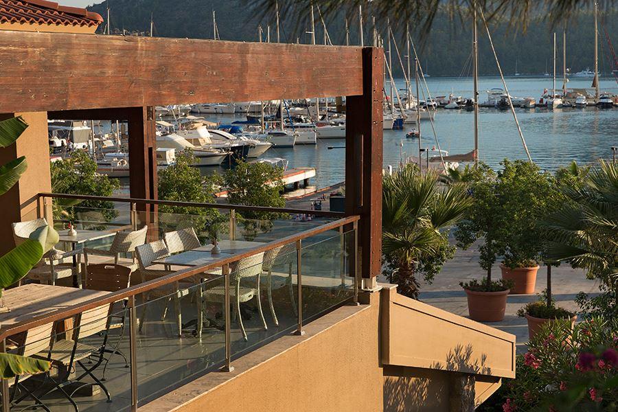 Terrasse  Lobby Lounge und Terrasse im MARTI Marina & Yacht Club, Orhaniye ...
